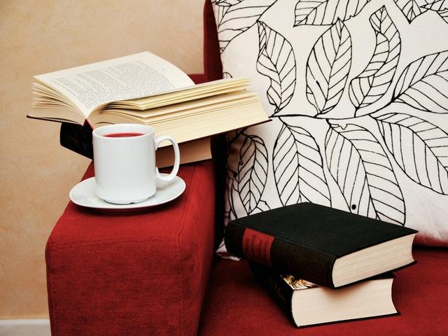 En fåtölj med böcker