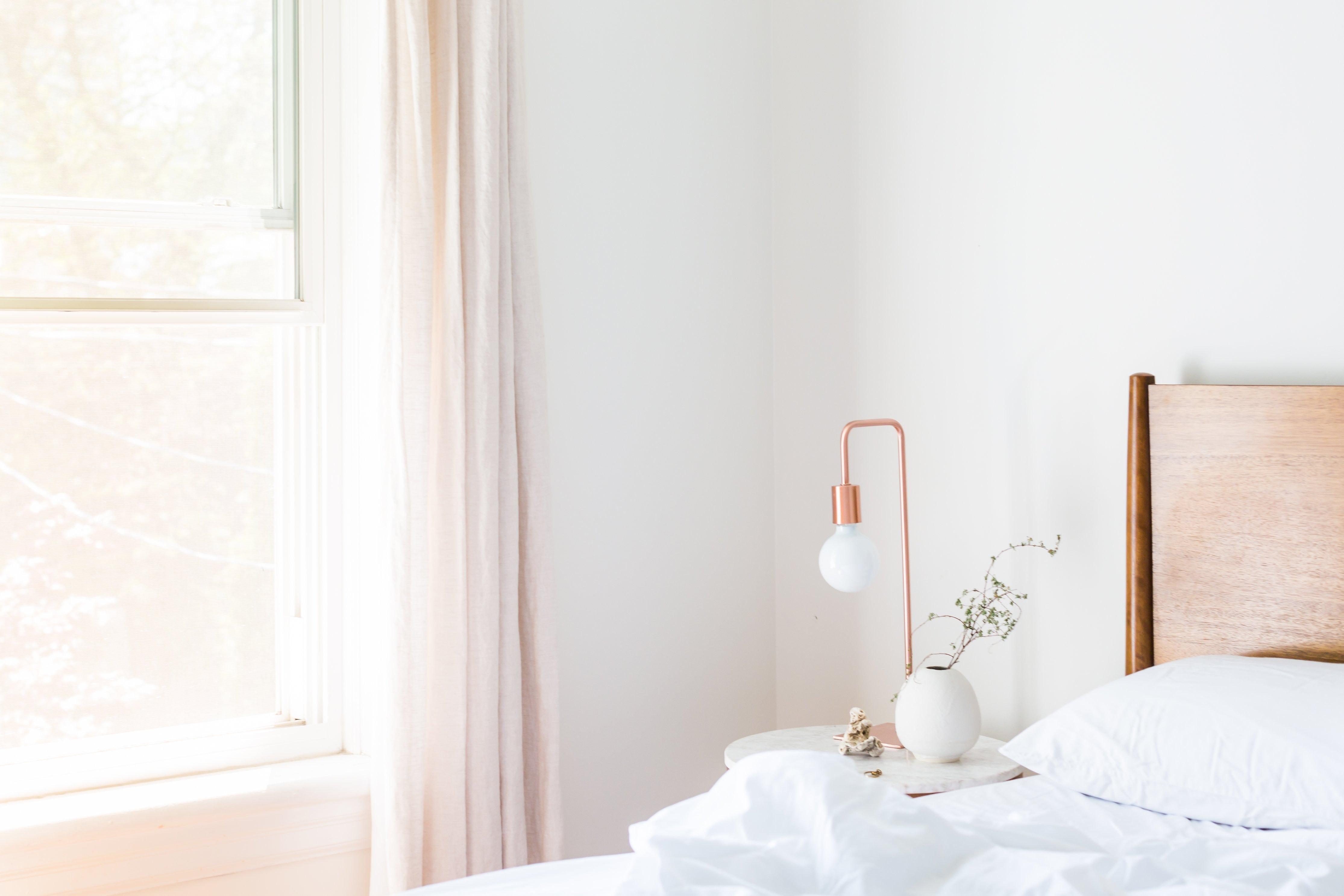 Stilrent och vitt sovrum